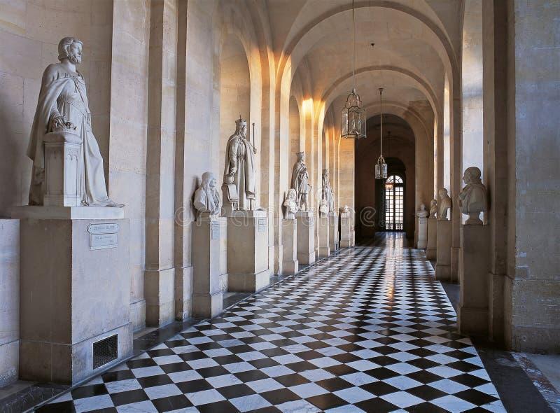 Korridor med marmorskulpturer och marmorgolv på den Versailles slotten royaltyfri foto
