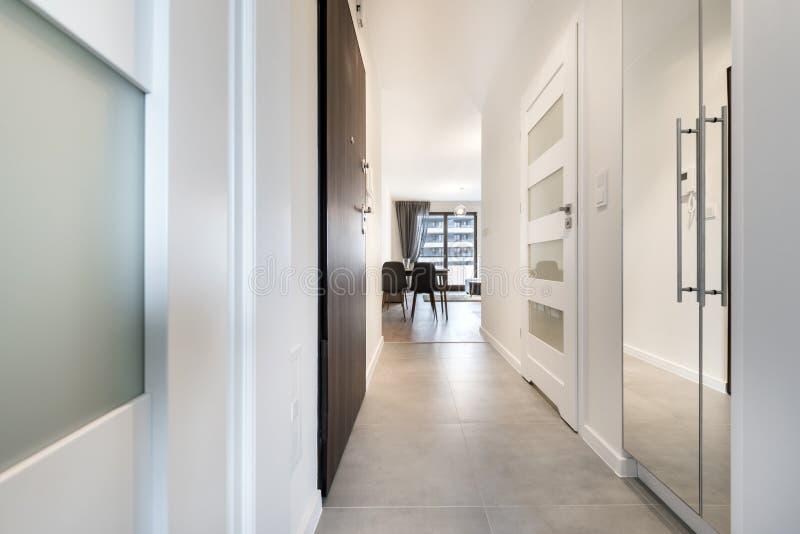 Korridor mit Fliesenboden lizenzfreies stockbild