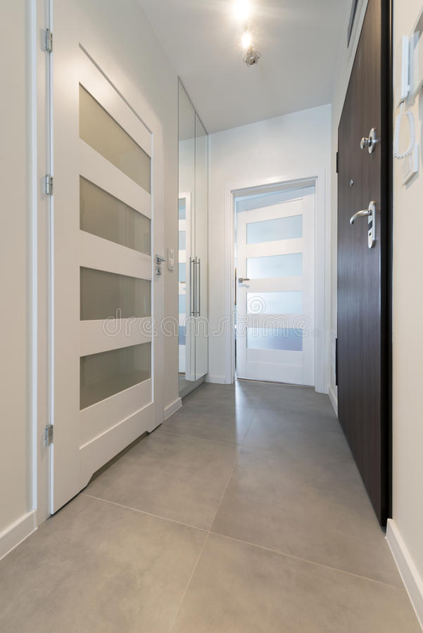 Korridor mit Fliesenboden lizenzfreies stockfoto