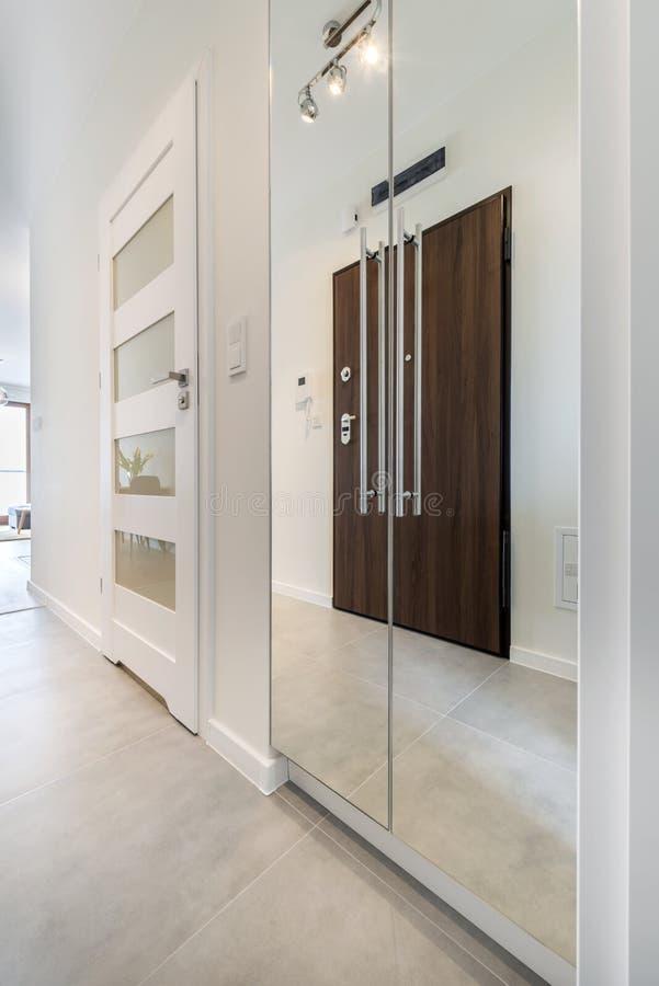 Korridor mit Fliesenboden stockfotos