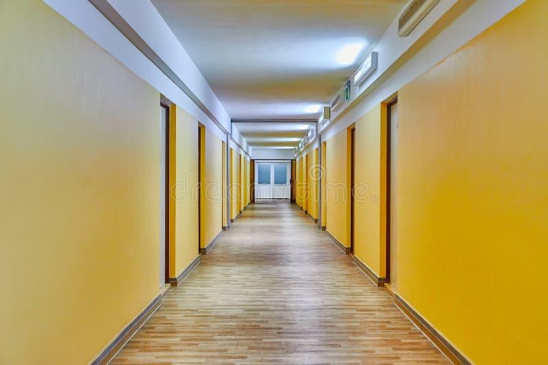 Korridor mit gelben Wänden stockbild