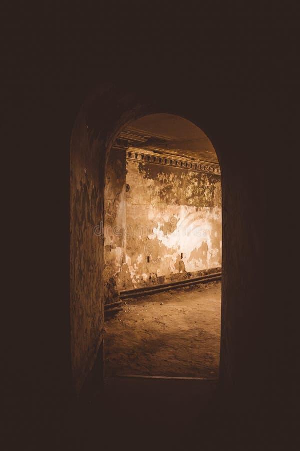 Korridor mit gewölbter Decke im Keller des alten Landsitzes lizenzfreie stockfotografie