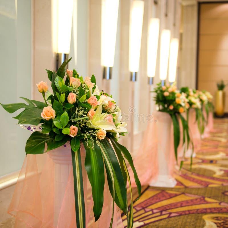 Korridor mit Reihe von Blumen stockbilder