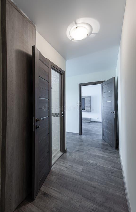 Korridor och entrace till vardagsrum planlagd str?mf?rande retro lokalstil f?r hemmilj? arkivfoton