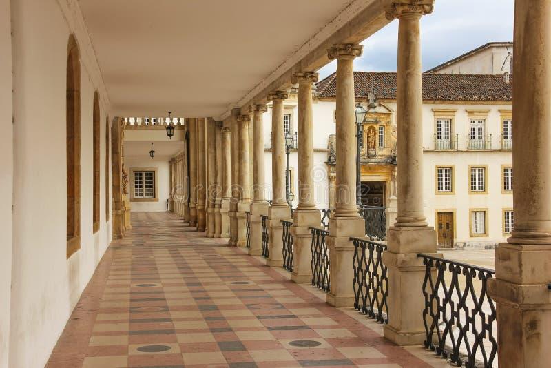 Korridor och huvudsaklig ingång på universitetet Coimbra portugal royaltyfri foto