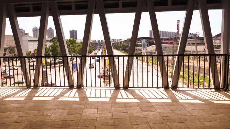 Korridor och trappa Järnbron över gatan på soluppgången Strukturdesign royaltyfri bild