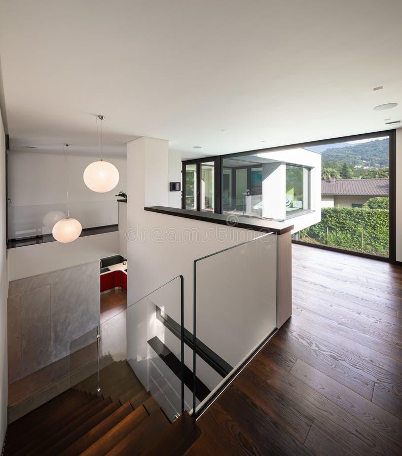Korridor und Treppenhaus im Holz mit großem Fenster im modernen Landhaus stockfotografie