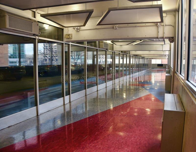 Korridor zwischen Parken und dem Errichten stockbild