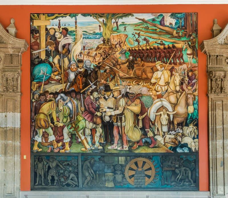 Korridoren av den nationella slotten med den berömda väggmålningen ankomsten av Cortes av Diego Rivera - Mexico - stad, Mexico arkivfoton