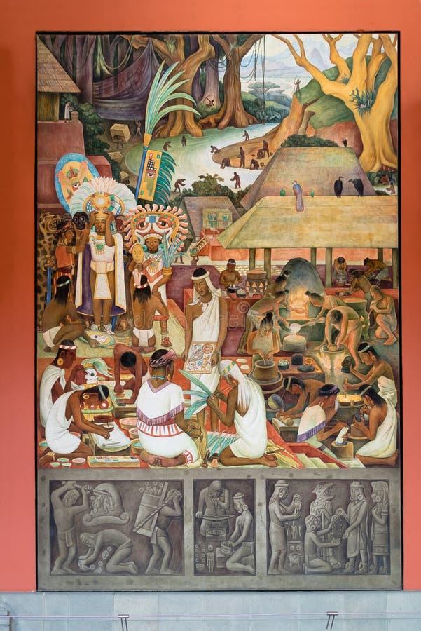 Korridoren av den nationella slotten med den berömda väggmålningen de Zapotec och Mixtec civilisationerna av Diego Rivera - Mexic royaltyfri fotografi