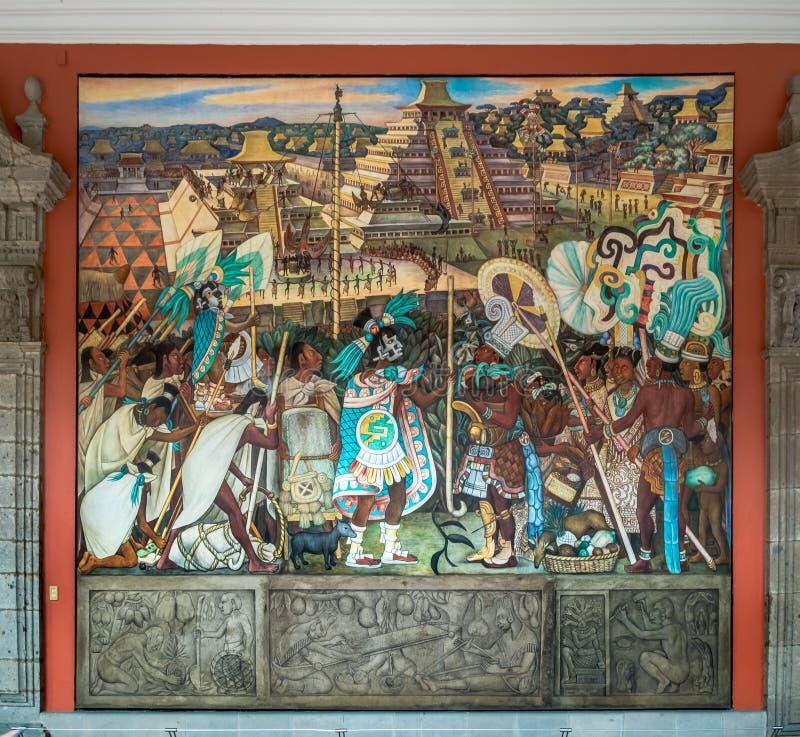 Korridoren av den nationella slotten med den berömda väggmålningen den Totonac civilisationen av Diego Rivera - Mexico - stad, Me royaltyfria foton
