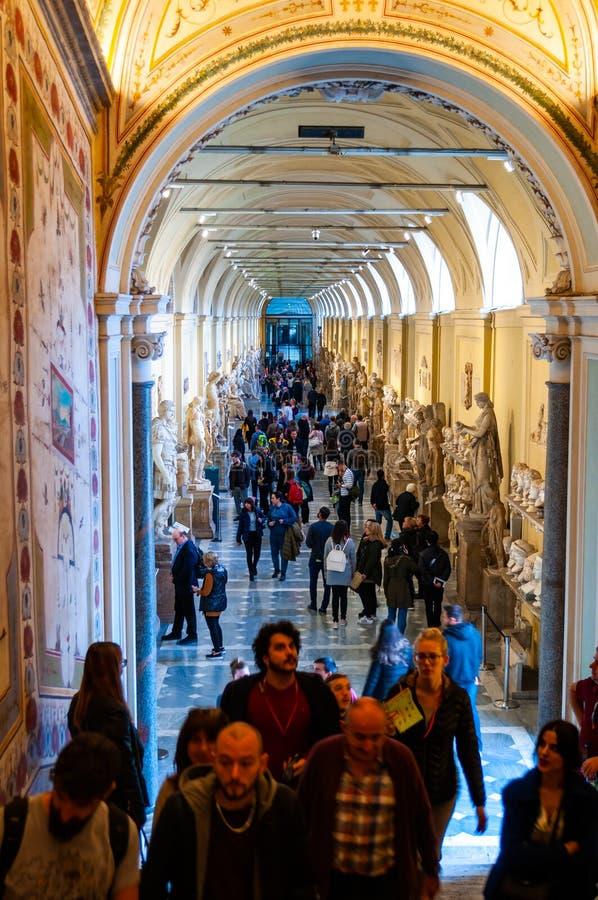 Korridoren av museet Chiaramonti med marmorerar byster, skulpturer, klassiska beståndsdelar för korridorinredesign i Vaticanenmus arkivbilder