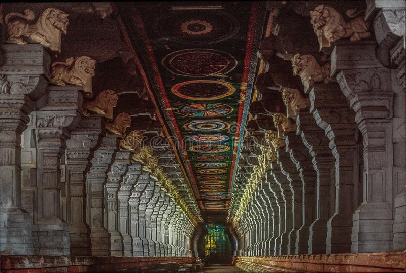 Korridorer av den Ramanathaswamy templet, Rameswaram royaltyfri foto