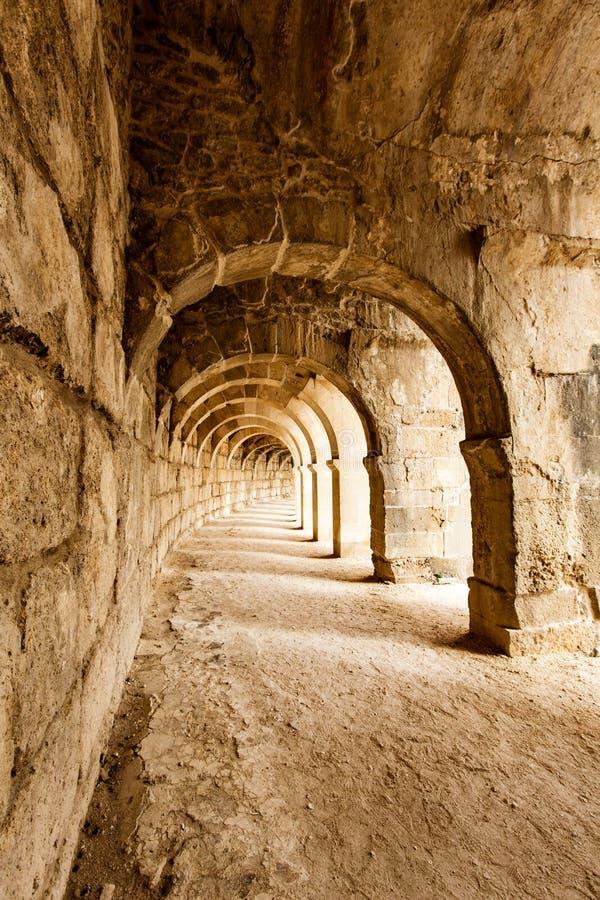 Korridorer av den romerska teatern på Aspendos arkivbild