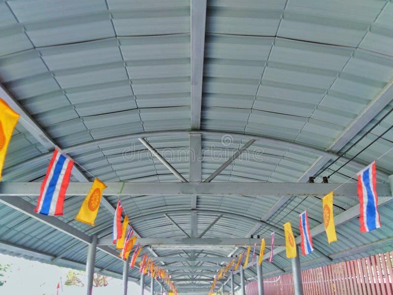 Korridortak som dekoreras med många flaggor arkivbilder