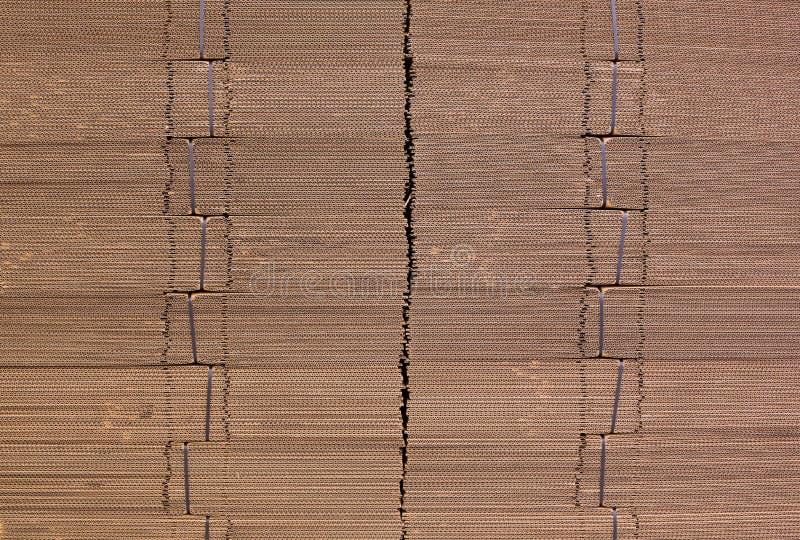 Korrugera papp som binds med det svarta plast- repet Singelvägg för korrugerat papper korrugerad fiberboard Linerboard bräde royaltyfri foto
