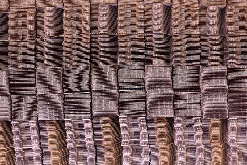 Korrugera papp som binds med det vita plast- repet Singelvägg för korrugerat papper korrugerad fiberboard Linerboard bräde arkivbilder