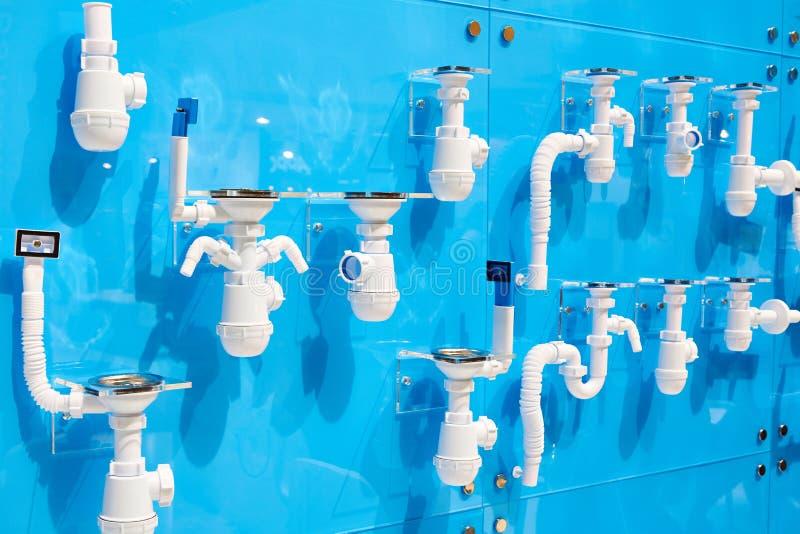 Korrugerade plast- avrinningrör för vaskar arkivbilder
