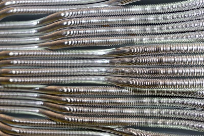Korrugerade rostfria metallrör för vattenförsörjning industriell abstrakt bakgrund fotografering för bildbyråer