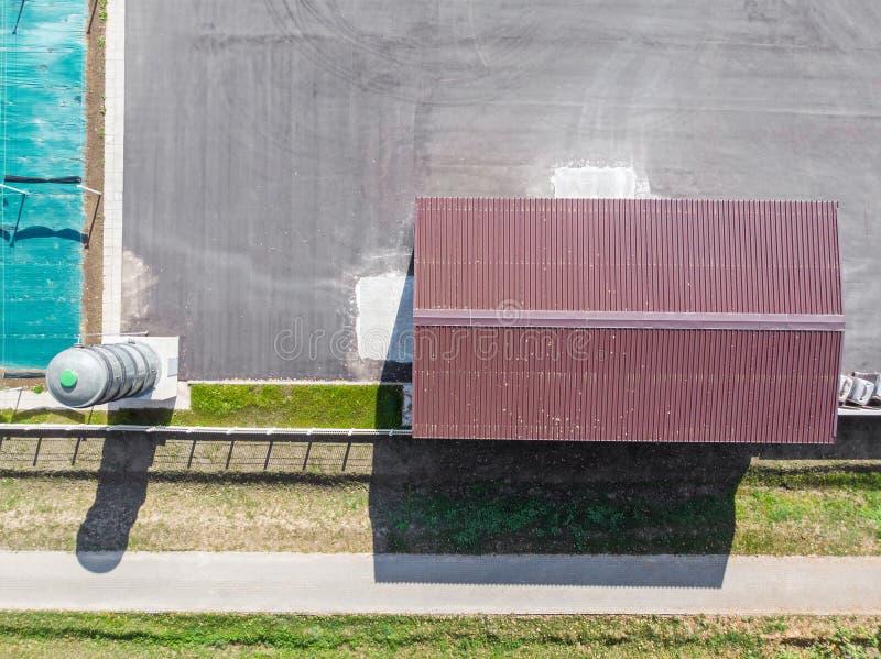 Korrugerat tak för brun metall av lagret flyg- sikt royaltyfri fotografi