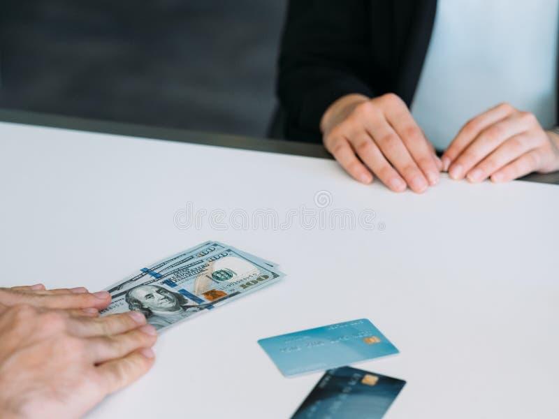 Korruption för affär för kreditkort för kassapengarmuta arkivfoton