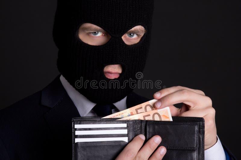 Korruptionbegrepp - man i affärsdräkt och hållande leath för maskering royaltyfri foto