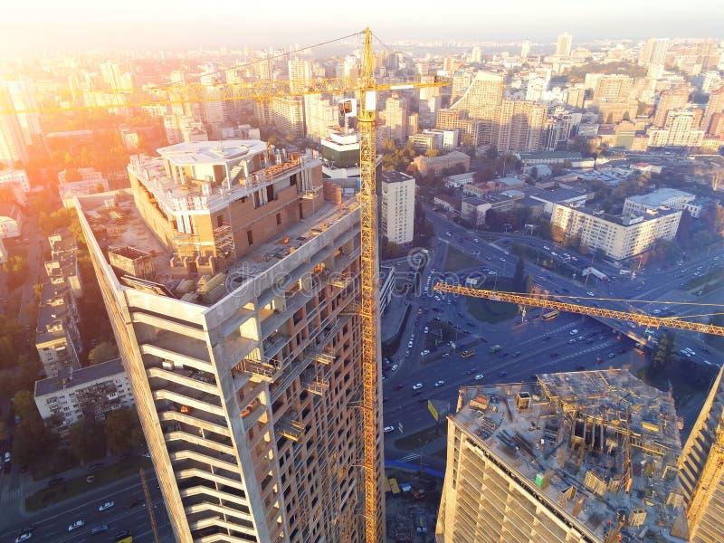 Kors av för byggnadskonstruktion för högt torn platsen Industriell kran för fel Flyg- surrsikt Metropolisstadsutveckling royaltyfria foton