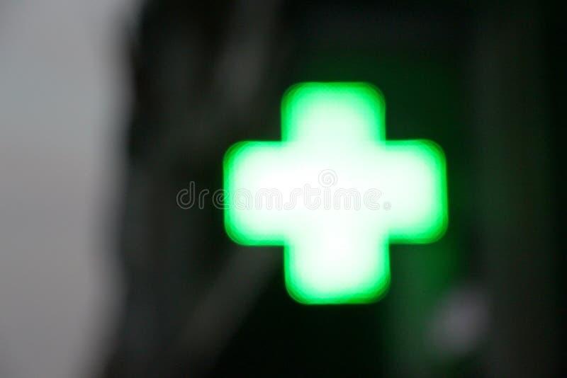 Kors av ljus av ett apotek som är suddigt fotografering för bildbyråer