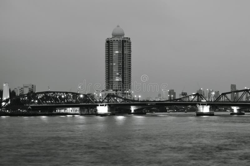 Kors Cho Phraya River för bro Phra Phuttha Yodfa för minnes- bro forntida arkivfoto
