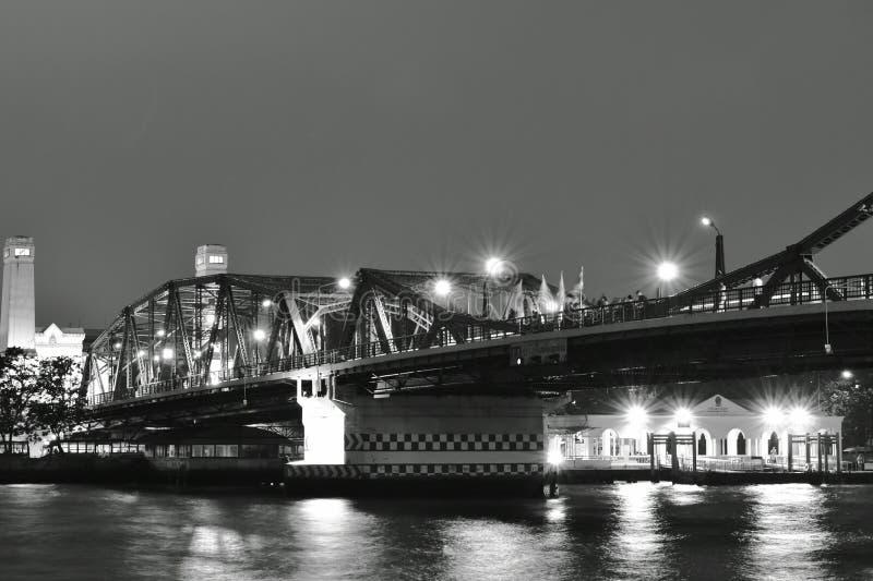 Kors Cho Phraya River för bro Phra Phuttha Yodfa för minnes- bro forntida arkivfoton