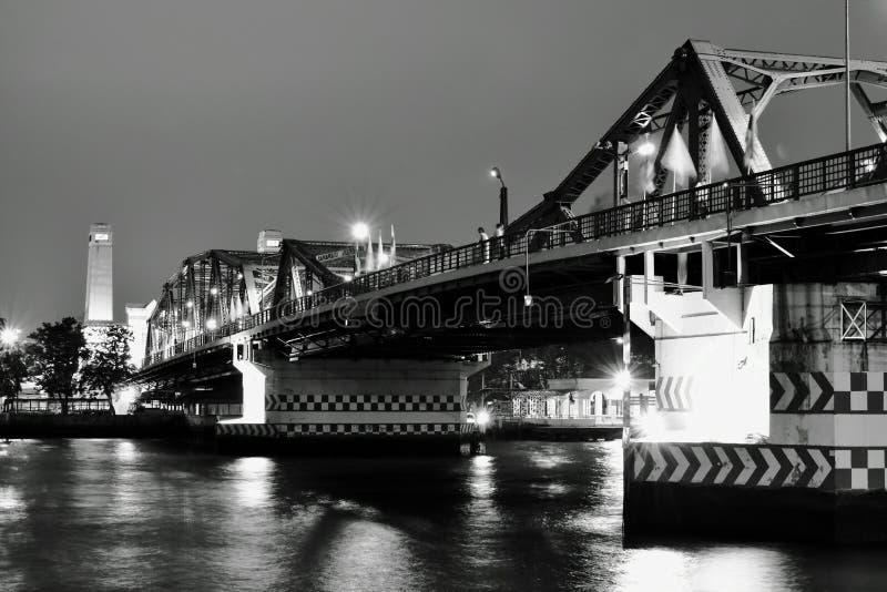 Kors Cho Phraya River för bro Phra Phuttha Yodfa för minnes- bro forntida arkivbilder