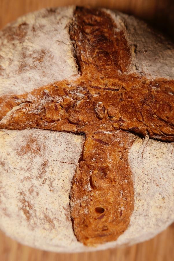 Kors format snedstreck i skorpan av en hand - som göras att släntra av bröd arkivbilder