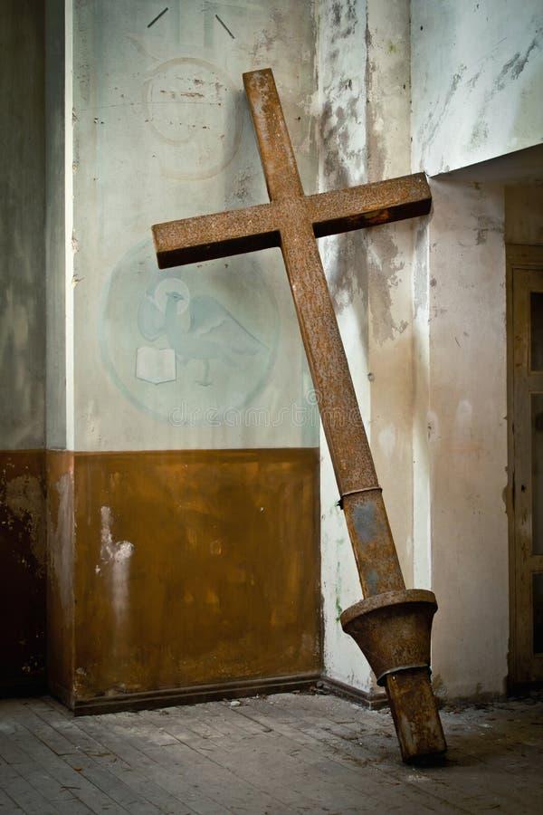 Kors i den övergav kyrkan arkivbilder