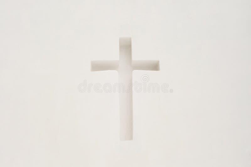 Kors i en vit vägg Religiöst symbol royaltyfri fotografi