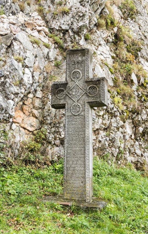 Kors med en inskrift på ett gammalt rumänskt anseende i den inre borggården av klislotten i klistad i Rumänien arkivbilder