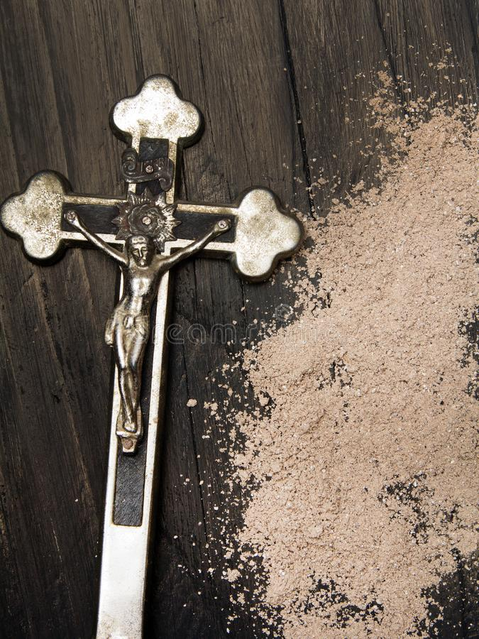 Kors och aska - symboler av Ash Wednesday fotografering för bildbyråer