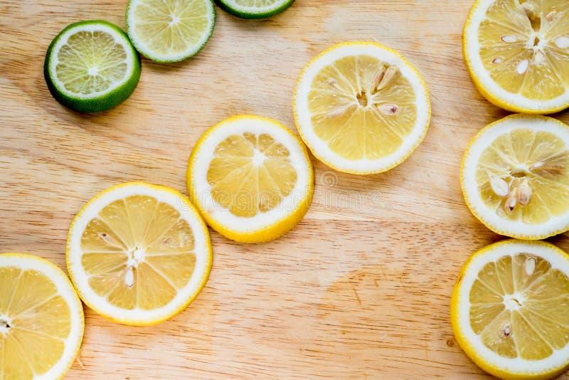 Kors- och kontrastbild av citronskivan Bästa sikt till den nya organiska citronskivan som isoleras på träskärbräda med urklippban royaltyfri bild