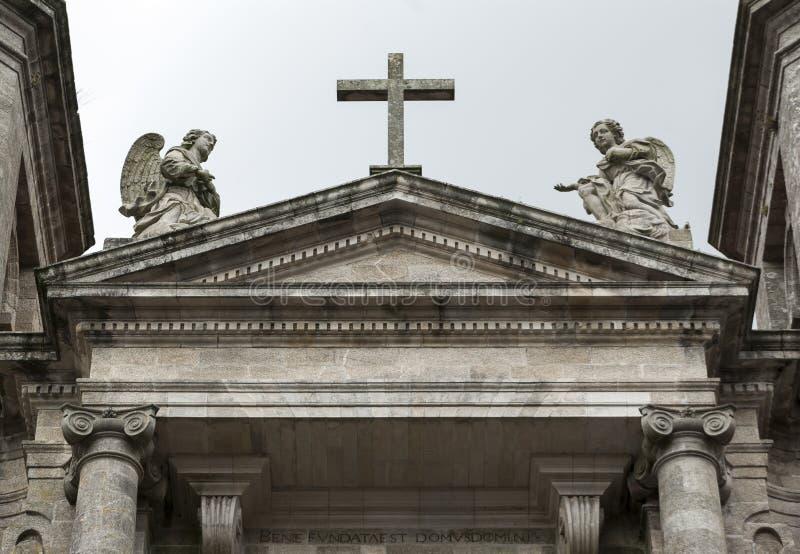 Kors och två stenänglar royaltyfria bilder