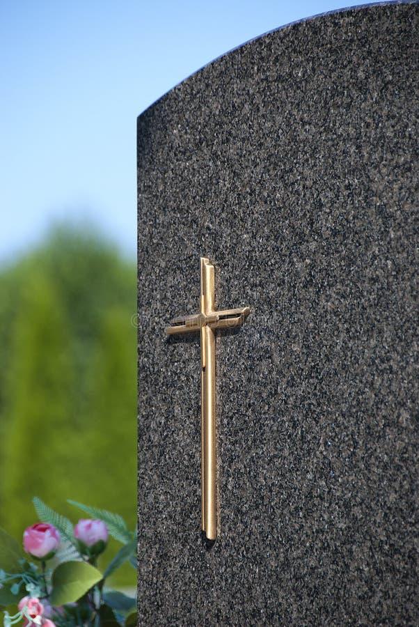 Kors på gravstenen royaltyfria bilder