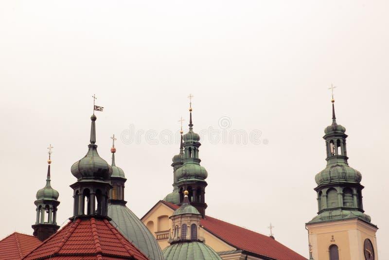 Kors på kupolerna av kyrkan arkivfoton