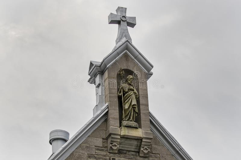 Kors som överst sitter av kyrklig kyrktorn arkivfoto
