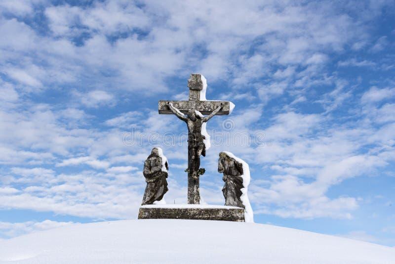 Kors som täckas med snö - Calvary royaltyfri bild