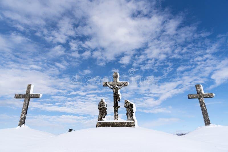 Kors som tre täckas med snö - Calvary royaltyfria bilder
