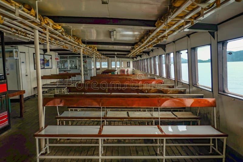 Korsa öfärjan från Koh Chang Island i lopp för låg säsong i semestertid royaltyfri fotografi