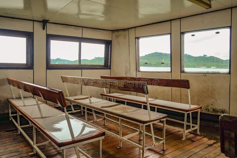 Korsa öfärjan från Koh Chang Island i lopp för låg säsong i semestertid royaltyfri foto