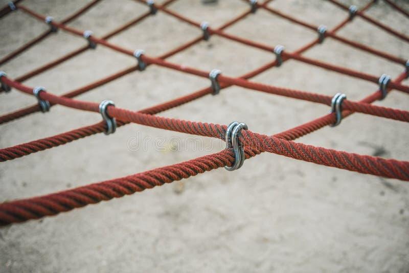 Korsa över repkontaktdonet eller repmonteringar och kontaktdon för utomhus- lekutrustning för lekplats arkivfoto