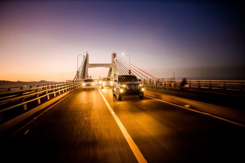 Korsa den Mactan bron, Cebu, Filippinerna på skymning royaltyfria bilder