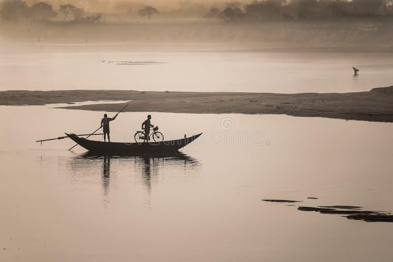 Korsa floden i en sommardag royaltyfri foto