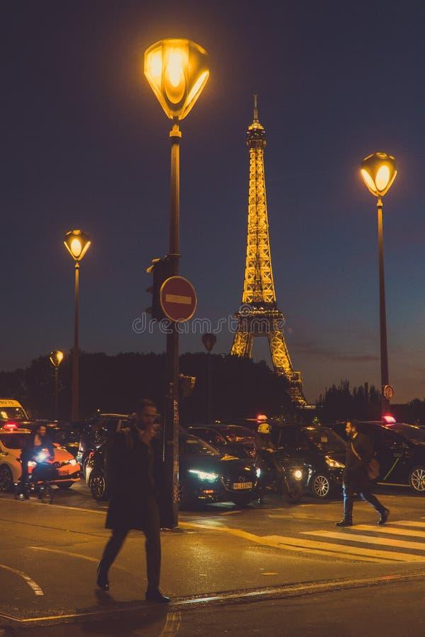 Korsa gatan i Paris royaltyfri bild