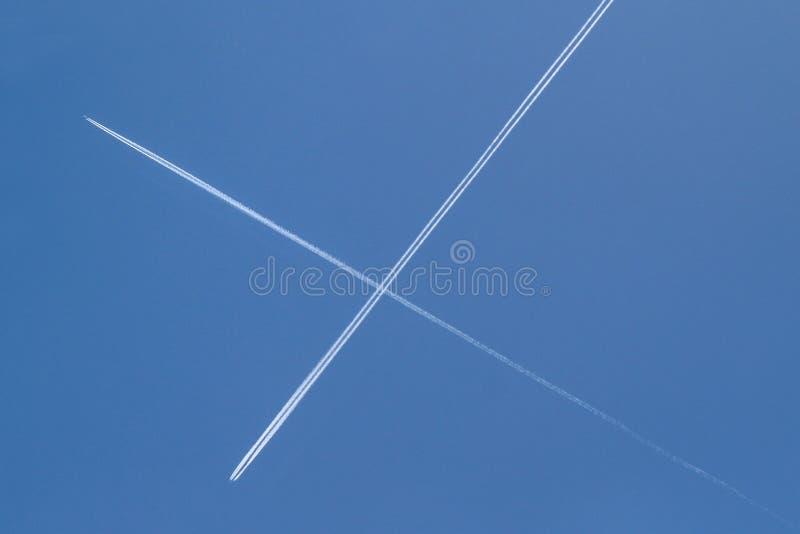 Korsa i skyen arkivfoto